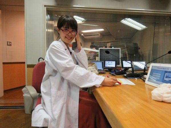 ▲「はきださNIGHT!」の人気コーナー「教えて 保健室の先生」では白衣の姿に。
