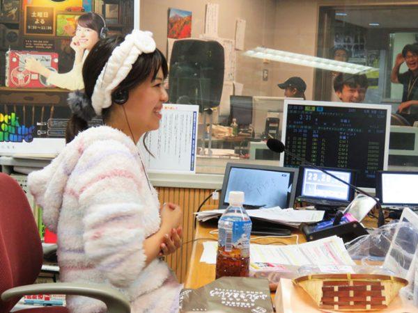 ▲番組後半は、森谷さんは鬼頭さんがプレゼントした部屋着で放送。鬼頭さんは体操服(しかも、学生時代に実際に使用していたもの)姿で放送しました。