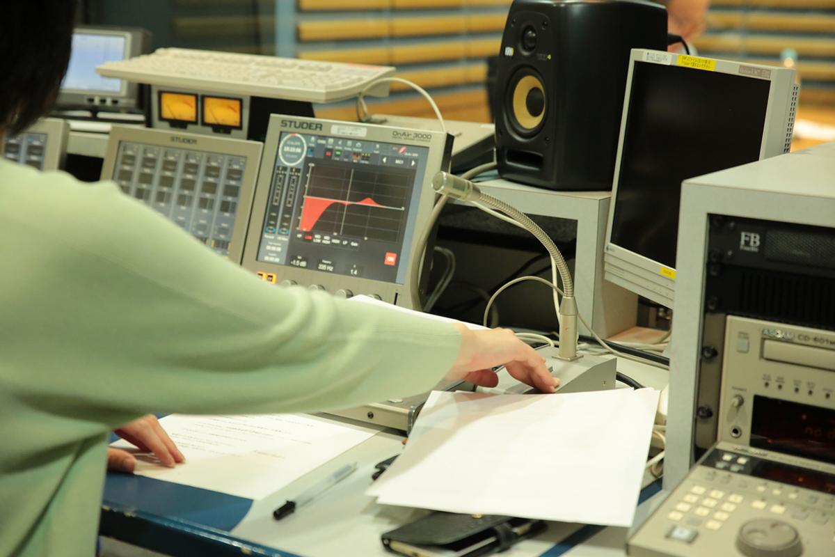 機械室から指示を出したり、音楽などの調整を行います。